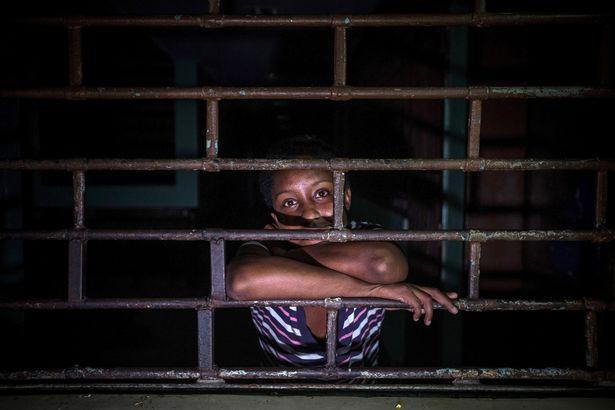 Địa ngục trần gian bên trong bệnh viện tâm thần ở Venezuela: Bệnh nhân nằm la liệt, bị bỏ mặc trong căn phòng ngập phân và rác thải - Hình 5
