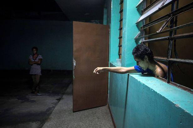 Địa ngục trần gian bên trong bệnh viện tâm thần ở Venezuela: Bệnh nhân nằm la liệt, bị bỏ mặc trong căn phòng ngập phân và rác thải - Hình 7