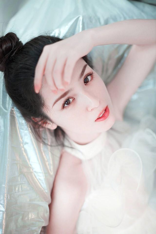 Đối thủ nhan sắc của Địch Lệ Nhiệt Ba gây sốt với bộ ảnh mới: Gương mặt hoàn mỹ, ánh mắt khiến phái nam lụi tim - Hình 8