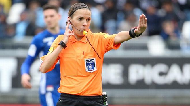 HLV Klopp ca ngợi trọng tài nữ bắt trận Liverpool gặp Chelsea - Hình 1