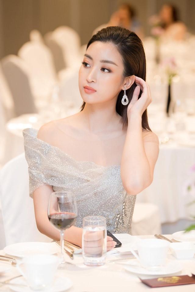 Hoa hậu Đỗ Mỹ Linh mặc đẹp tựa nữ thần, phớt lờ ồn ào bủa vây? - Hình 3
