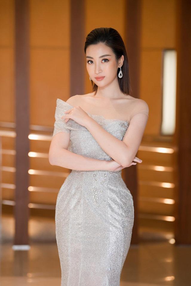 Hoa hậu Đỗ Mỹ Linh mặc đẹp tựa nữ thần, phớt lờ ồn ào bủa vây? - Hình 2