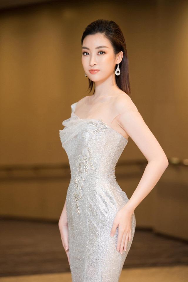 Hoa hậu Đỗ Mỹ Linh mặc đẹp tựa nữ thần, phớt lờ ồn ào bủa vây? - Hình 1