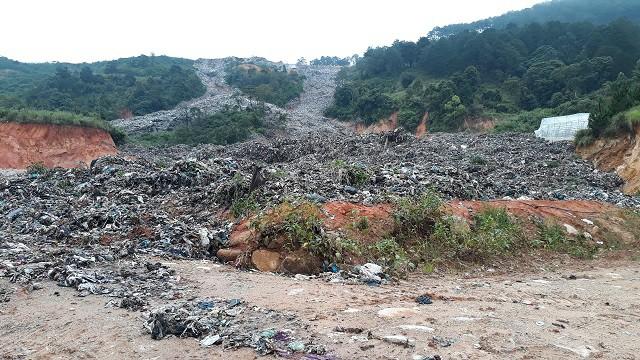 Khủng khiếp: Núi rác đổ ập chôn vùi rau, hoa của người dân Đà Lạt - Hình 1