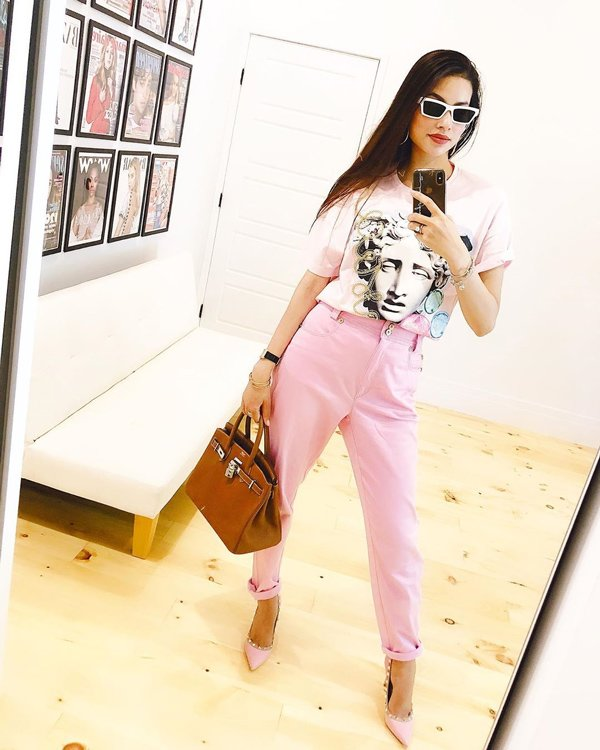 Không còn váy áo đính kết lụa là, Phạm Hương đơn giản năng động với quần jean và áo sơmi - Hình 4