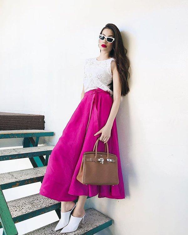 Không còn váy áo đính kết lụa là, Phạm Hương đơn giản năng động với quần jean và áo sơmi - Hình 6