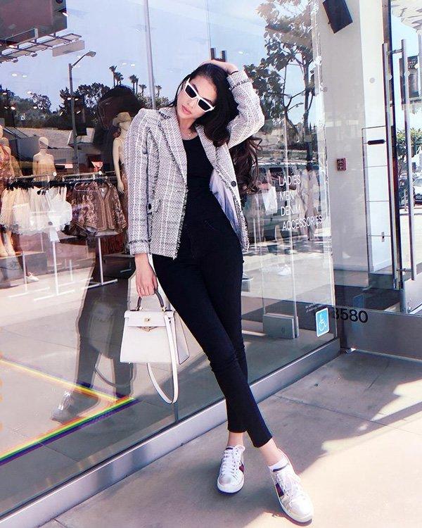 Không còn váy áo đính kết lụa là, Phạm Hương đơn giản năng động với quần jean và áo sơmi - Hình 11