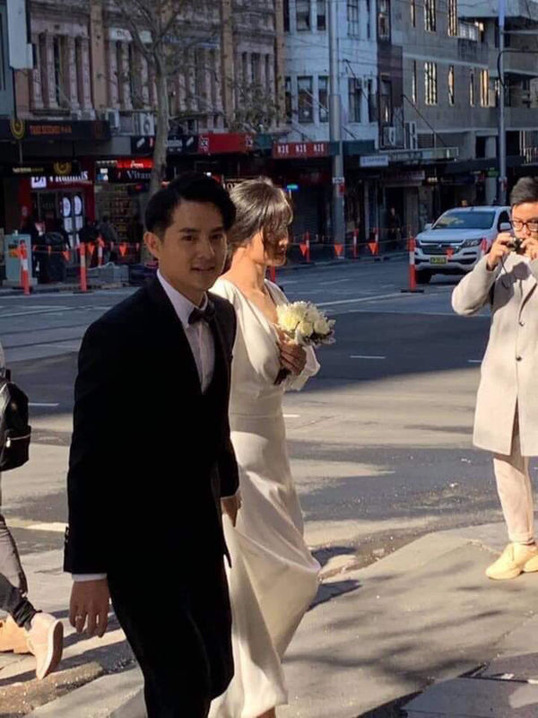 Chỉ mới lộ vài tấm ảnh chụp vội, dân tình đã phát sốt dự đoán váy cưới Đông Nhi - Hình 1