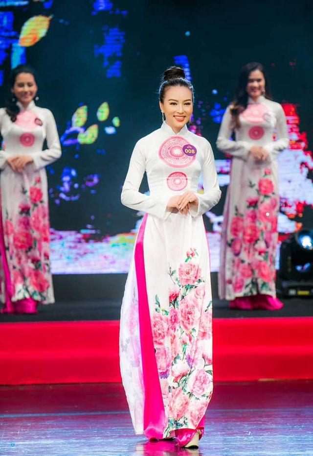 MC Hàn Quốc hào hứng thử áo dài của NTK Nam Phương - Hình 5