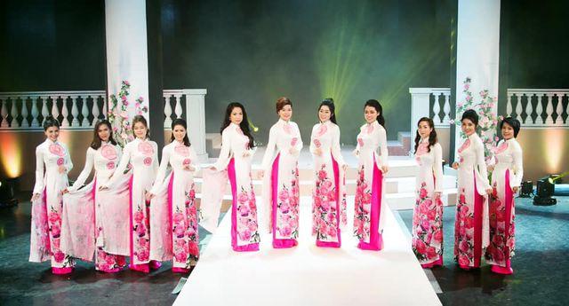 MC Hàn Quốc hào hứng thử áo dài của NTK Nam Phương - Hình 3