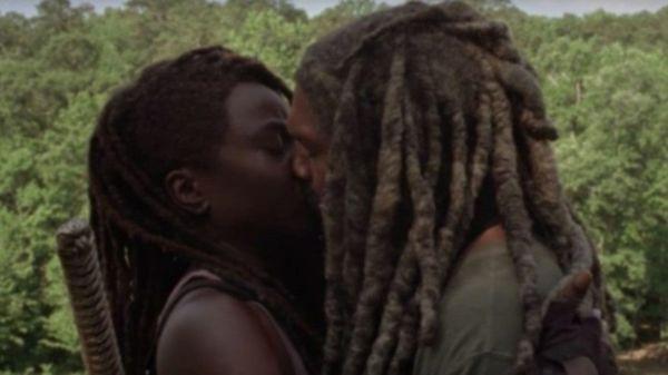 The Walking Dead mùa 10: Nụ hôn giữa Michonne và Ezekiel ngượng không tả nỗi - Hình 2