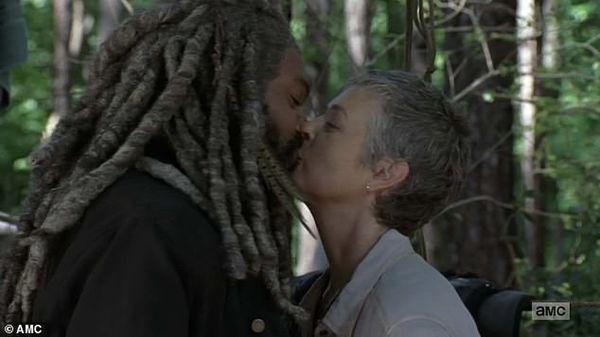 The Walking Dead mùa 10: Nụ hôn giữa Michonne và Ezekiel ngượng không tả nỗi - Hình 5
