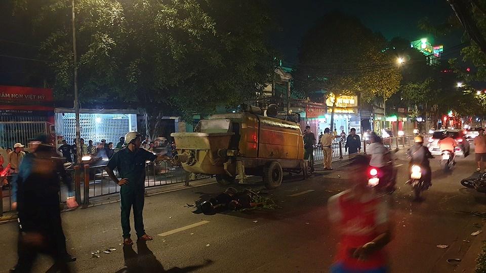 TP.HCM: Tông vào máy bơm bê tông dừng giữa đường, 2 thanh niên đi Exciter tử vong - Hình 1