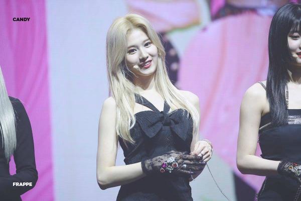 Trầm trồ trước mái tóc vàng của Sana (Twice): Mỗi lần xuất hiện lại tạo nên một huyền thoại - Hình 2