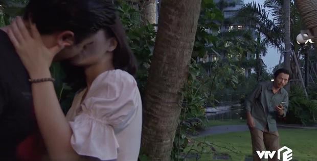 Về Nhà Đi Con ngoại truyện tập 2: Vô mánh chứng kiến gái lạ cưỡng hôn Dương, bố Sơn không tiền đình mới là lạ! - Hình 2