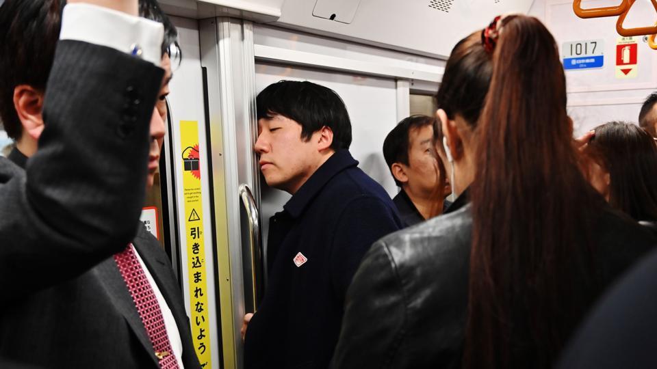 Vì sao người trẻ Nhật Bản quen ngủ vật vã nơi công cộng - Hình 2