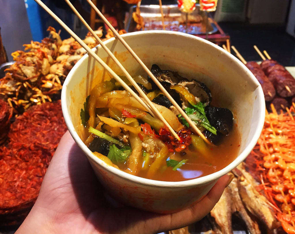 Ăn ngon không sợ đau ví ở thiên đường ẩm thực Phượng Hoàng cổ trấn - Hình 2