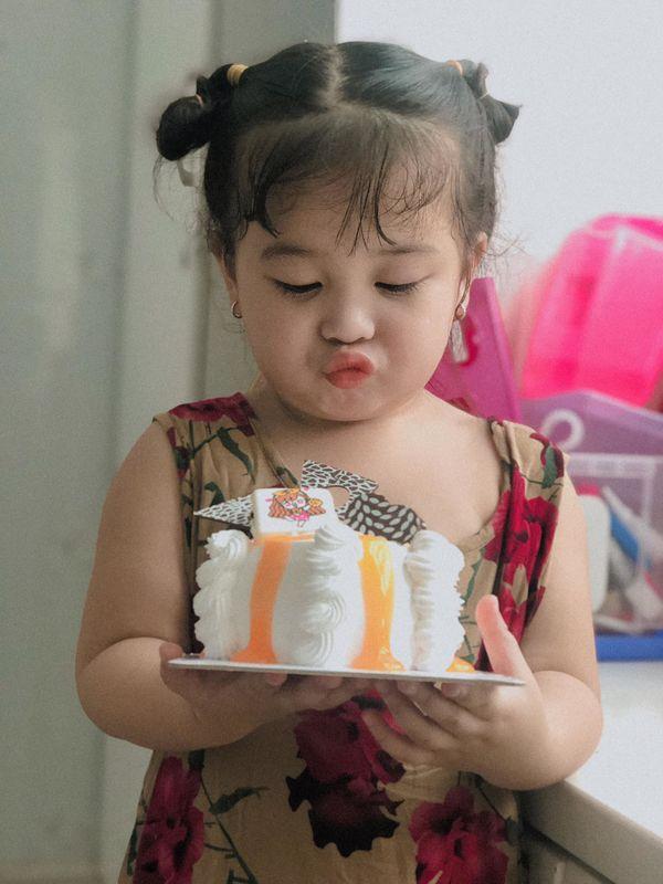 Bé gái 3 tuổi rưỡi tạo dáng check in Đà Lạt siêu dễ thương, khiến dân tình kháo nhau Đẻ con gái đi! - Hình 15