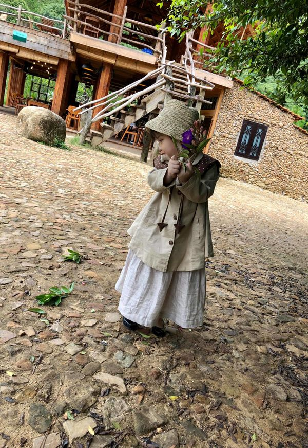 Bé gái 3 tuổi rưỡi tạo dáng check in Đà Lạt siêu dễ thương, khiến dân tình kháo nhau Đẻ con gái đi! - Hình 13
