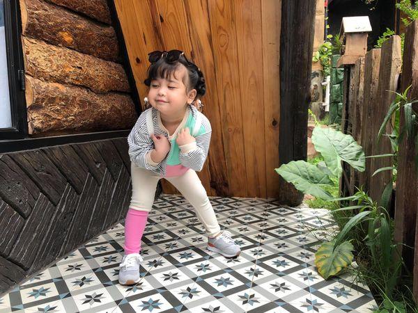 Bé gái 3 tuổi rưỡi tạo dáng check in Đà Lạt siêu dễ thương, khiến dân tình kháo nhau Đẻ con gái đi! - Hình 2