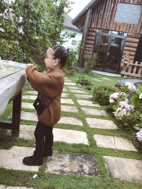 Bé gái 3 tuổi rưỡi tạo dáng check in Đà Lạt siêu dễ thương, khiến dân tình kháo nhau Đẻ con gái đi! - Hình 11