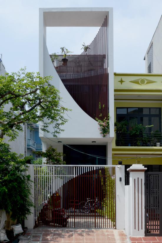 Cầu thang giúp chủ nhà Vĩnh Phúc được ngắm hoa cả ngày - Hình 1