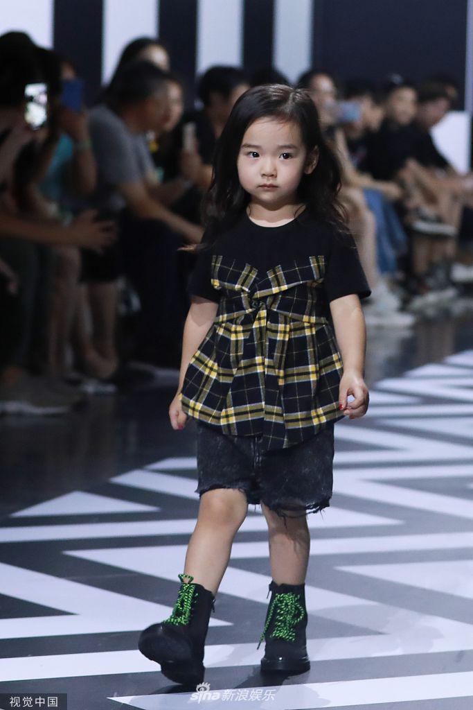 Con gái Đổng Tuyền chiến spotlight bởi thần thái ngút trời trên sàn catwalk - Hình 8