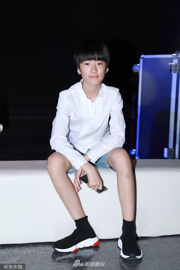 Con gái Đổng Tuyền chiến spotlight bởi thần thái ngút trời trên sàn catwalk - Hình 10