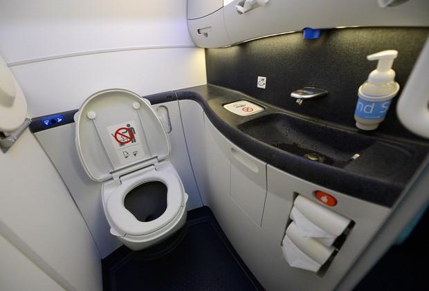 Học ngay cách sử dụng nhà vệ sinh trên máy bay để lỡ bụng dạ đột nhiên biểu tình thì còn biết cách mà ứng phó nè! - Hình 3