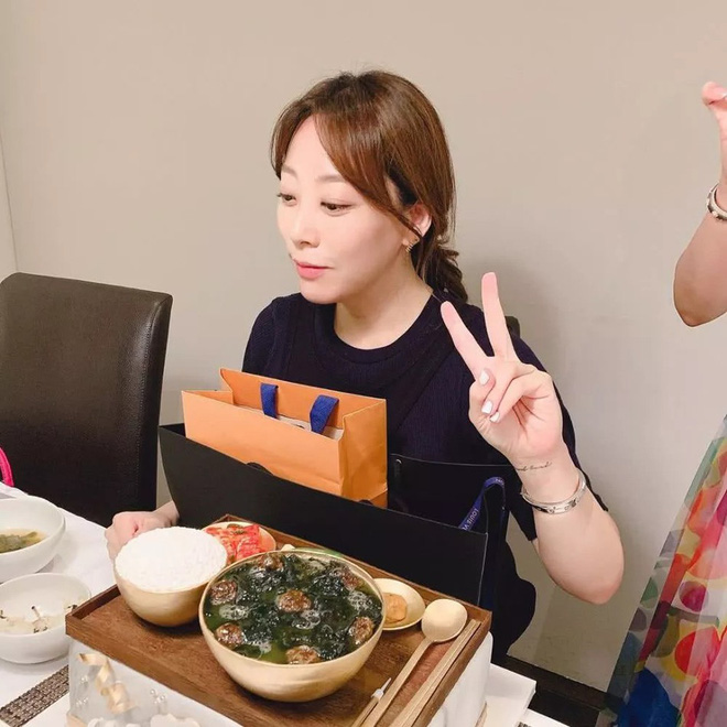 Cả Weibo choáng với ảnh dự sinh nhật bạn của Kim Hee Sun: Làn da 42 tuổi không tì vết, trở thành trung tâm bữa tiệc - Hình 3