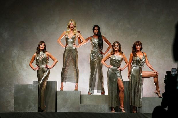 Cựu siêu mẫu Victorias Secret khoe body bốc lửa ở tuổi 50 - Hình 3