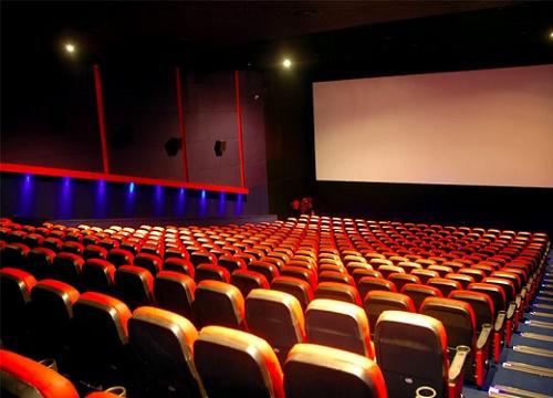 Đôi trẻ bị mắng vô văn hóa khi cố tình đạp ghế trong rạp chiếu phim - Hình 1