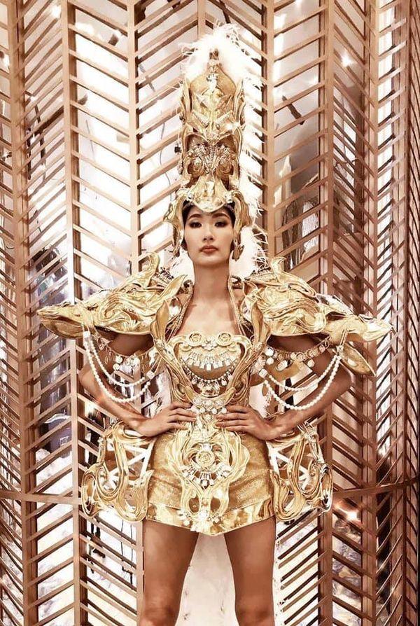 Hoàng Thùy diện National Costume lồng lộn, Võ Hoàng Yến sẵn sàng chặt chém trình catwalk? - Hình 2