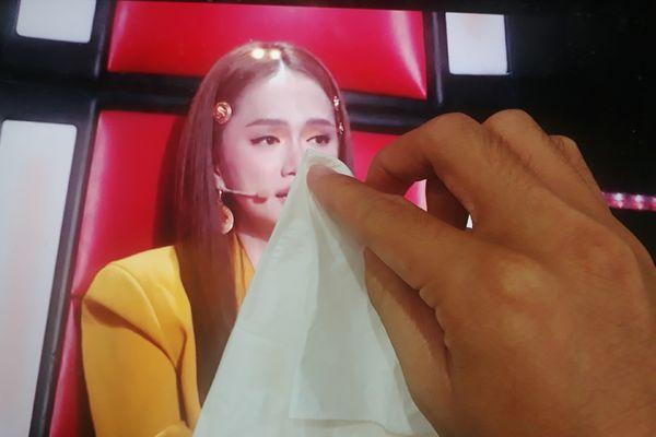 Hương Giang khóc nức nở vì phải loại trò cưng, fan The Voice Kids lầy lội lau nước mắt - Hình 4