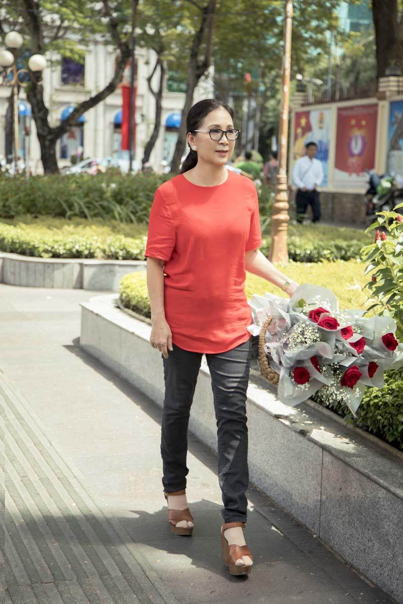 Nghệ sĩ Kim Xuân tạm gác công việc để tặng quà cho người bán hàng rong lễ Vu Lan - Hình 2