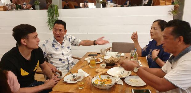 Tâm sự xúc động của bố Văn Lâm thuở cơ hàn: Bác ruột phải bán chiếc khuyên tai vàng của bà nội để nuôi hai bố con - Hình 1