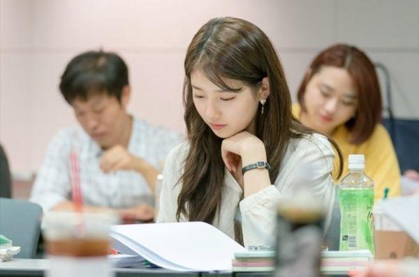 Vagabond' của Suzy - Lee Seung Gi phát hành hình ảnh hiếm hoi tại buổi đọc kịch bản và xác nhận thời gian lên sóng - Hình 2