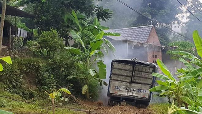 Xe tải mất lái đâm vào nhà dân, tài xế và phụ xe chết trong ca bin - Hình 3