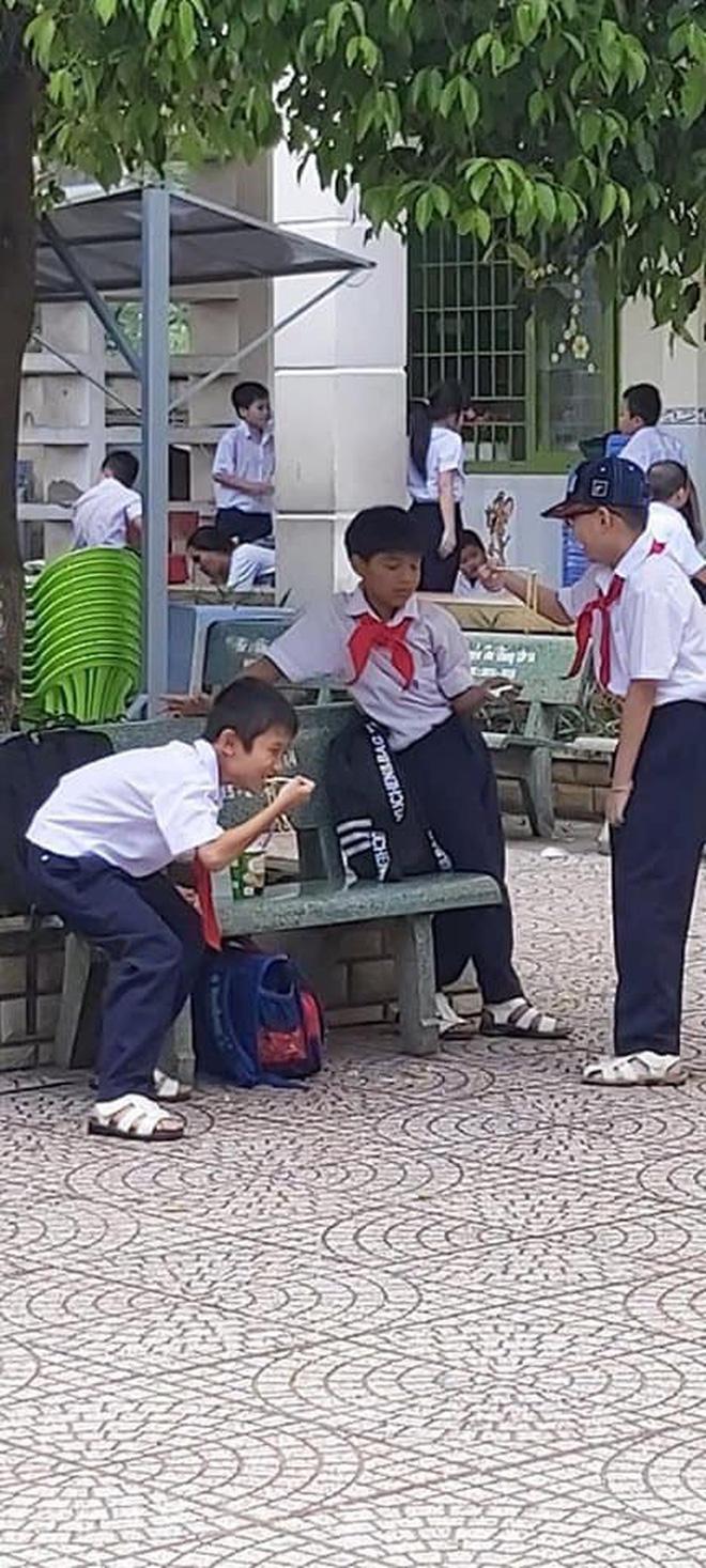 Khoảnh khắc đáng yêu nhất ngày: 3 cậu học sinh chia nhau ly mỳ ở ghế đá, tình anh em chí cốt đẹp đến thế là cùng - Hình 2