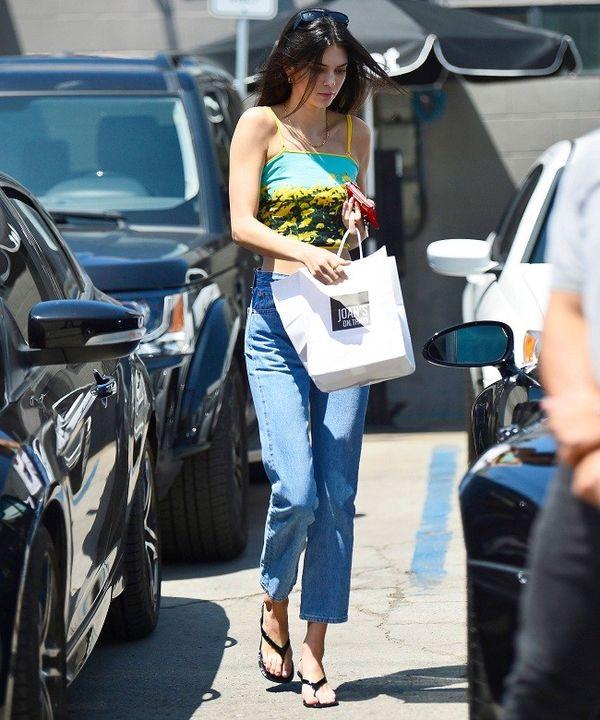 Kiểu quần jeans trước sau như một của Kendall Jenner tiên đoán sẽ thành hot trend - Hình 5