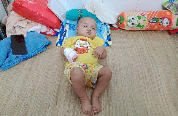 Mắc bệnh từ trong bụng mẹ bé trai khóc thảm thiết - Hình 1