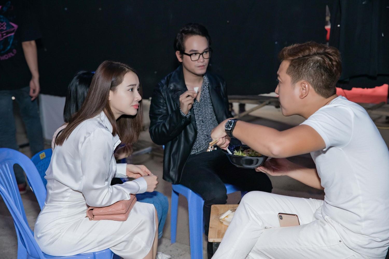 Nhã Phương bất ngờ đột kích phim trường, ân cần chăm sóc Trường Giang - Hình 2