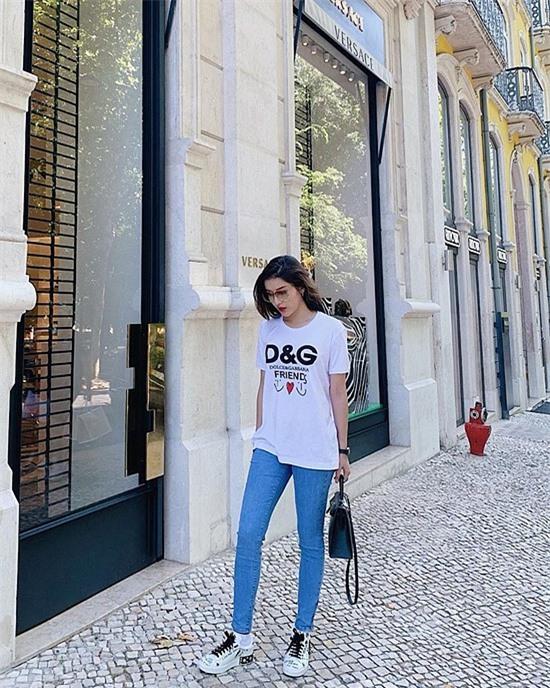 Phong cách đường phố cực cá tính với đồ trắng và quần jean của sao Việt - Hình 3