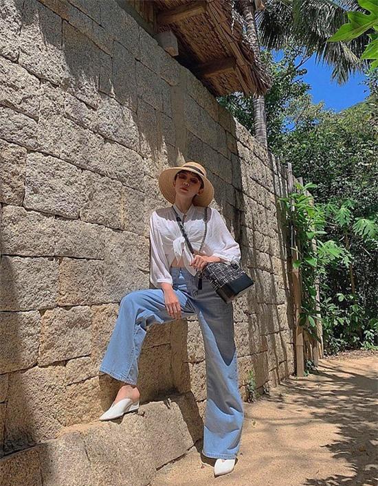 Phong cách đường phố cực cá tính với đồ trắng và quần jean của sao Việt - Hình 8