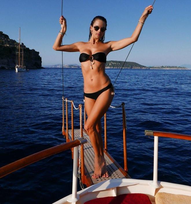 Sao nữ diện bikini nhỏ xíu khoe hình thể gợi cảm - Hình 8