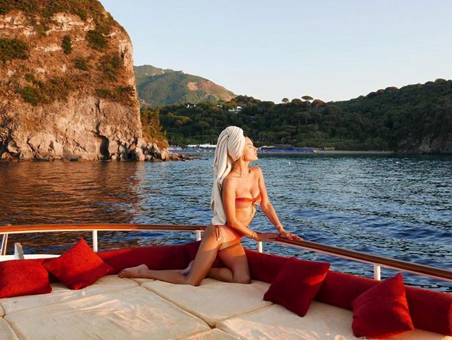 Sao nữ diện bikini nhỏ xíu khoe hình thể gợi cảm - Hình 9
