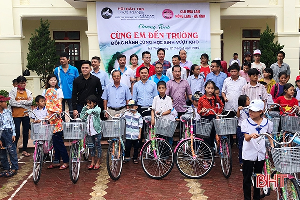 Trao tặng 105 suất quà cho học sinh hoàn cảnh khó khăn ở Lộc Hà - Hình 1