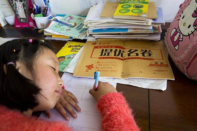 Bi kịch đau lòng của cô bé 8 tuổi bị mẹ ép học quá nhiều sau mẩu giấy Mẹ ơi, con mệt quá. Con ngủ một lát mẹ nhé! - Hình 1