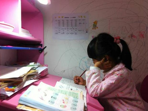 Bi kịch đau lòng của cô bé 8 tuổi bị mẹ ép học quá nhiều sau mẩu giấy Mẹ ơi, con mệt quá. Con ngủ một lát mẹ nhé! - Hình 2