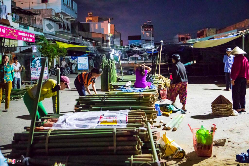 Chợ nón thắp đèn dầu mua bán từ nửa đêm - Hình 2